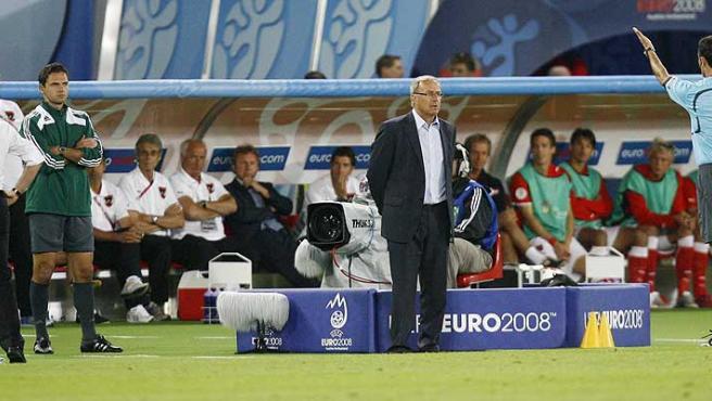 Mejuto González (d) indica al entrenador de Austria, Josef Hickersberger, se se vaya del campo. (Reuters)