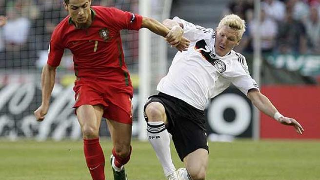 Schweinsteiger pelea un balón con Cristiano Ronaldo.