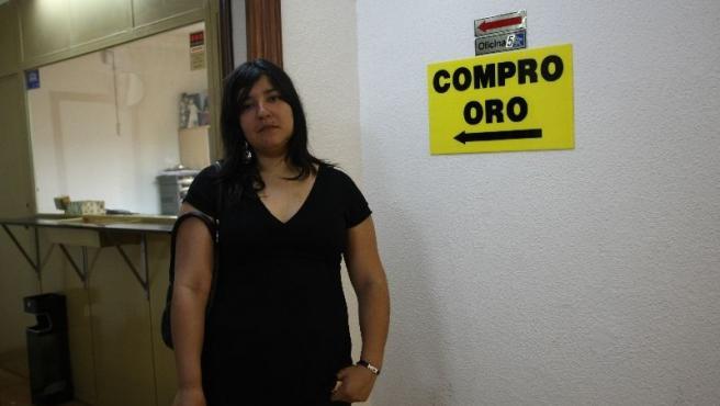 Eva Lazo, de 20 años y en paro, en una casa de empeños. (J. PARÍS)