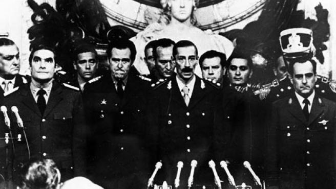 Los miembros de la Junta que destituyó a la presidenta Isabel Perón para instaurar una dictadura hasta 1983. (ARCHIVO)