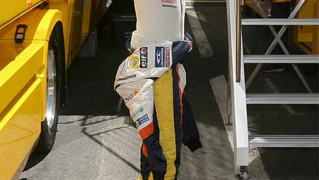 Fernando Alonso, contento, levanta los brazos. (Efe)