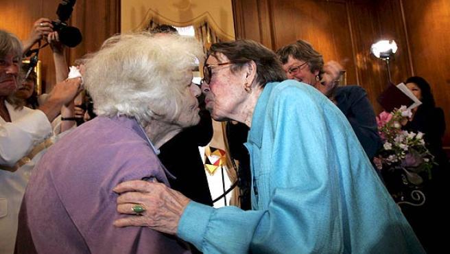 Bodas gay en EE. UU. Las activistas lesbianas Del Martin, de 87 años de edad, y Phyllis Lyon, de 84, se besan después de que el alcalde de San Francisco, Gavin Newsom, oficializara su unión, tras la decisión de la Corte Suprema de Justicia de dar luz verde al matrimonio entre parejas del mismo sexo. Martin y Lyon han estado juntas desde hace 55 años y se convirtieron en la primera pareja que contrajo matrimonio hace cuatro años, cuando miles de lesbianas y gays decidieron contraer nupcias en la ciudad californiana, pero esas uniones habían estado invalidadas hasta ahora por recursos legales.