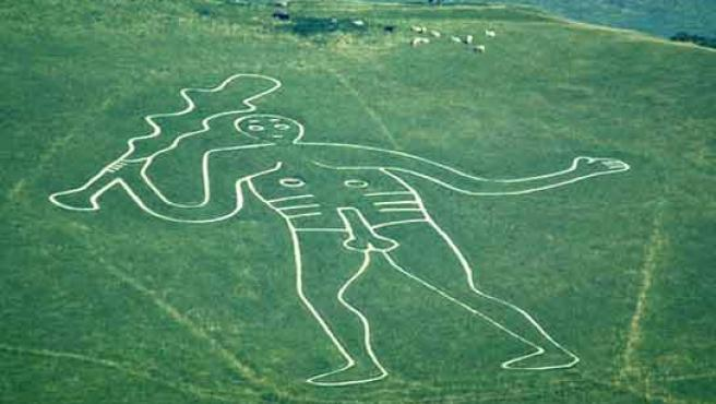 El gigante de Cerne Abbas, y cerca, un rebaño de ovejas (FOTO: BBC.COM)