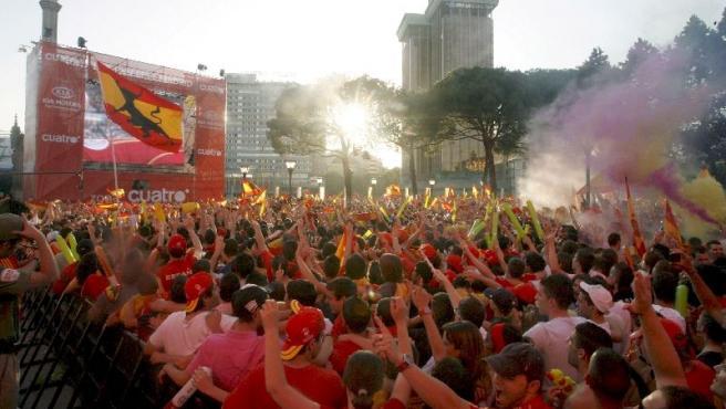 Los aficionados siguen el partido España-Italia en la plaza de Colón.