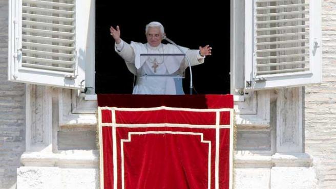 El Papa Benedicto XVI bendice a los asistentes a la misa del Ángelus en la Plaza de San Pedro.