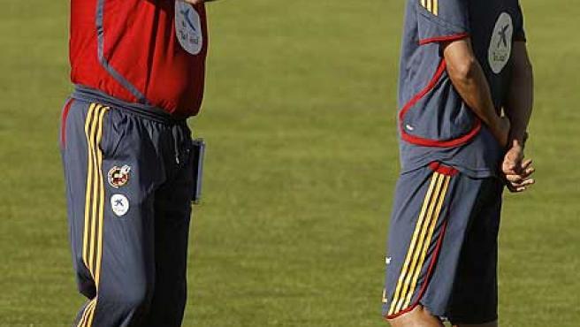 Luis Aragonés charla con Raúl, cuando el madridista todavía entraba en los planes del seleccionador.