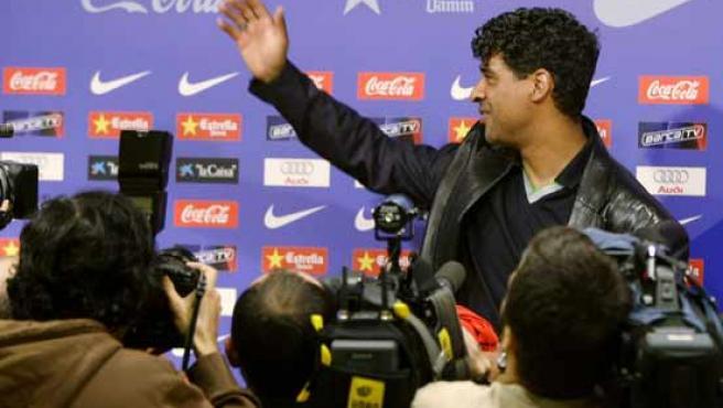 Frank Rijkaard se despide de los periodistas de Barcelona (REUTERS)