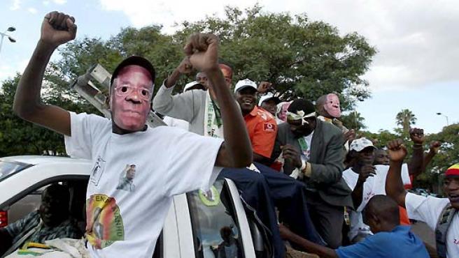 Una imagen de archivo muestra a varios simpatizantes dando muestras de apoyo al presidente de Zimbabue, Robert Mugabe. (EFE).