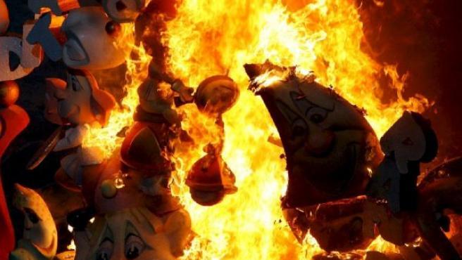 La hoguera oficial durante la Cremà celebrada esta noche en Alicante.