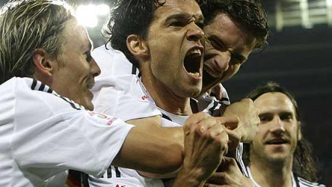 Michael Ballack celebra con sus compañeros el gol. (Reuters)