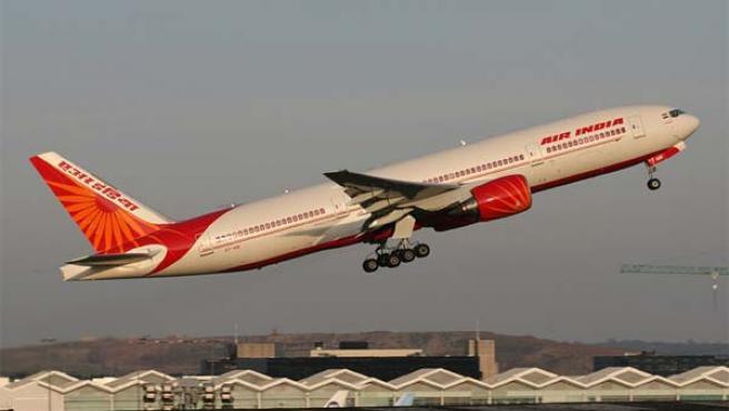 Un avión de la compañía Air India despega de un aeropuerto.