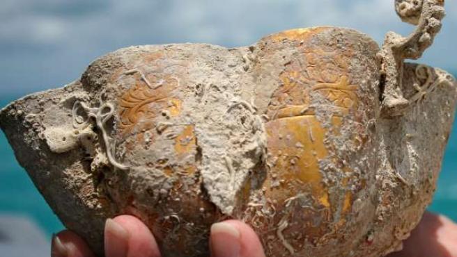 El cáliz, de medio kilo, es de oro puro y de talla fina y elegante (REUTERS).
