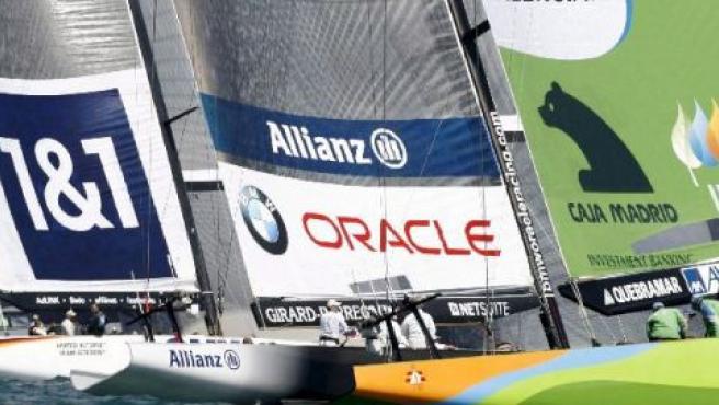 """El """"Desafío Español"""" (dcha) compite en una regada de flota en un acto previo a la Copa del América de vela (EFE)."""