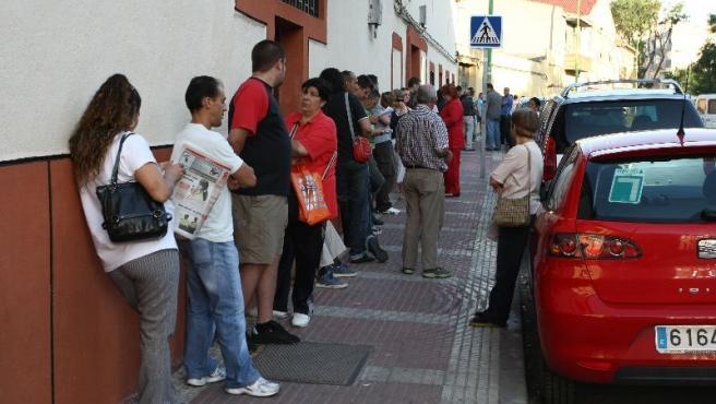 Las esperas a las puertas de las oficinas del Inem son un síntoma de la crisis (Jorge París).