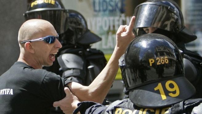 Un neonazi hace un gesto despectivo durante la marcha gay de Brno.