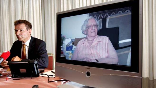 Roger Kusch cerca de una pantalla con la imagen de Bettina S. durante una rueda de prensa en Hamburgo, Alemania. (EFE)