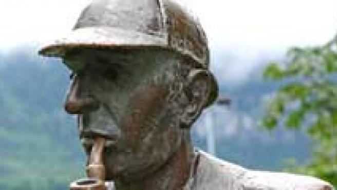 Sacha Baron Cohen, una estatua de Sherlock Holmes y Will Ferrell.