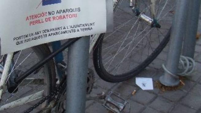 Cartel que alerta del peligro de dejar la bici