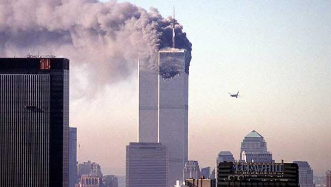 Una de las Torres Gemelas de Nueva York arde, momentos antes de que el segundo avión impacte sobre la otra. (ARCHIVO)