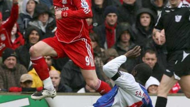 El delantero del Liverpool Fernando Torres se lleva el balón en el partido ante el Blackburn Rovers.