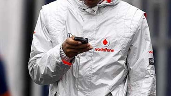Lewis Hamilton, con semblante serio.