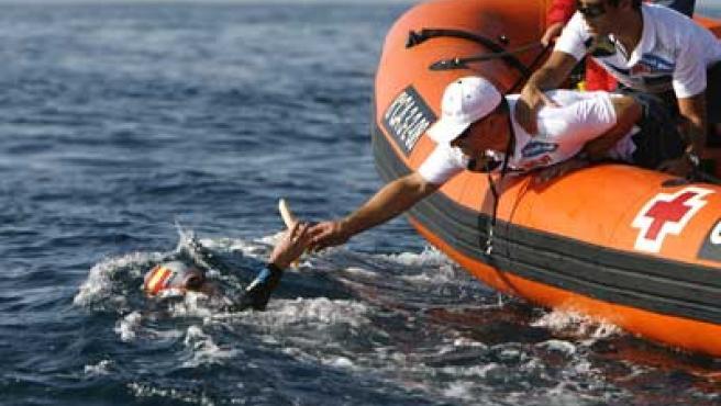 David Meca tratando de lograr el reto de cruzar tres veces el Estrecho.