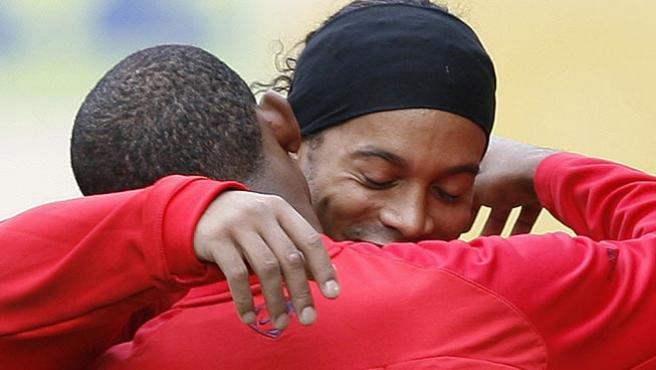 Samuel Etoo y Ronaldinho, en un entrenamiento del Barcelona (Archivo).