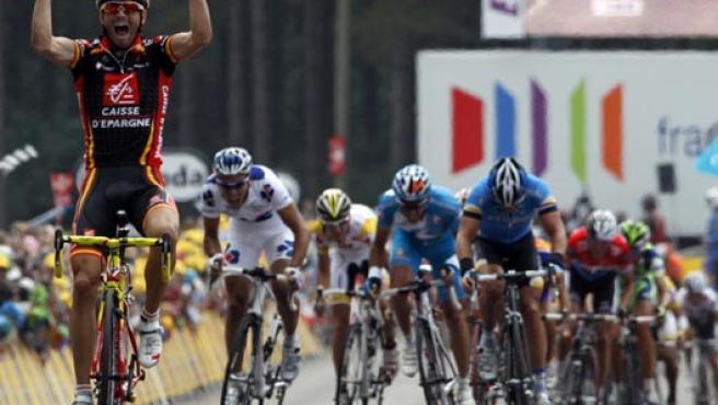 Alejandro Valverde celebra el triunfo de etapa en su entrada a meta. (EFE)
