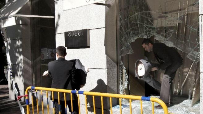 Unos atracadores estamparon un todoterreno en la tienda Gucci de Madrid. (EFE)