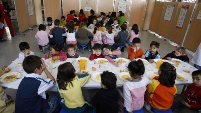 Niños de un colegio en un comedor, en una imagen de archivo.
