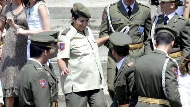 Rosa María Yubero, antes de recibir su despacho como suboficial de la Academia de Suboficiales del Ejército de Tierra de Talarn (EFE).