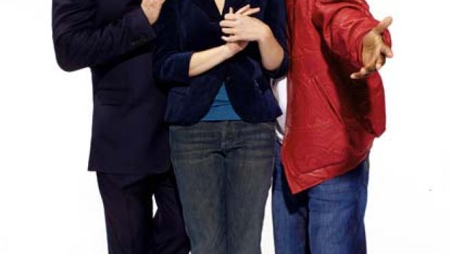 Alec Baldwin junto con dos de los protagonistas de la serie 'Rockefeller Plaza'.