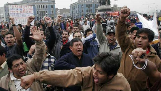 Manifestantes pertenecientes a diversos sindicatos y gremios sociales protestan en la Plaza Dos de Mayo de Lima (Perú). (EFE)