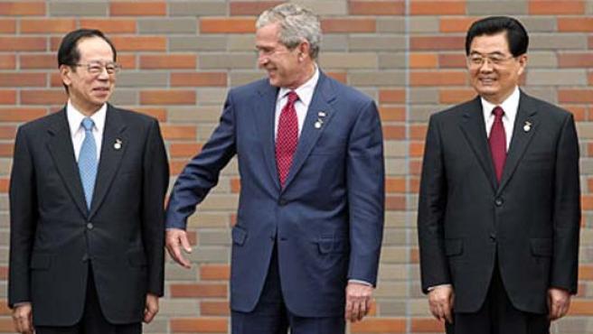 George Bush bromea con el primer ministro de Japón, Yasuo Fukuda, y el presidente de China, Hu Jintao, durante la cumbre del G8.