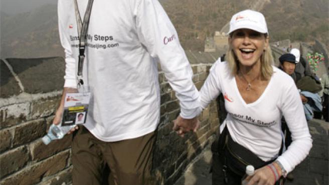 Olivia Newton-John, recorriendo la Gran muralla china (Foto: EFE).