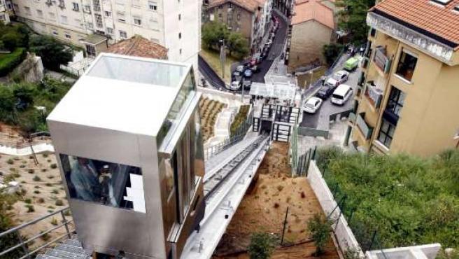 Vista del funicular que salva el desnivel existente de 38 metros entre las laderas sur y norte de la ciudad. (EFE)