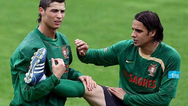 Cristiano Ronaldo (i) y Nuno Gomes durante el entrenamiento con Portugal. (Efe)