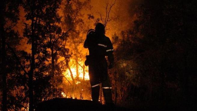 Imagen de archivo de un bombero en el incendio declarado en Guadalajara en julio de 2005.
