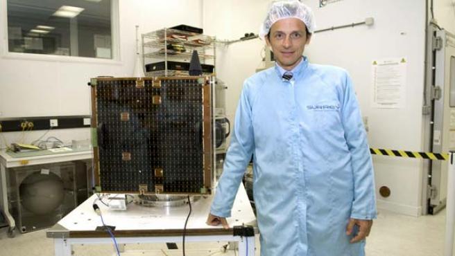 El astronauta Pedro Duque durante la presentación en Inglaterra del Deimos I, el primer satélite espacial de observación de la Tierra de una empresa española, Deimos Imaging. (EFE/Pablo Goikoetxea)