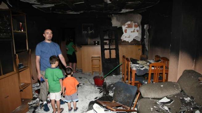 La familia Ruiz Mora, en lo que queda de su casa. (JORGE PARÍS)
