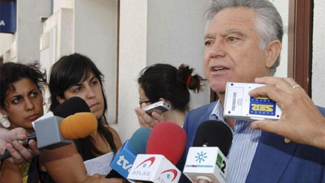 El alcalde accidental de Estepona, durante una comparecencia de prensa.