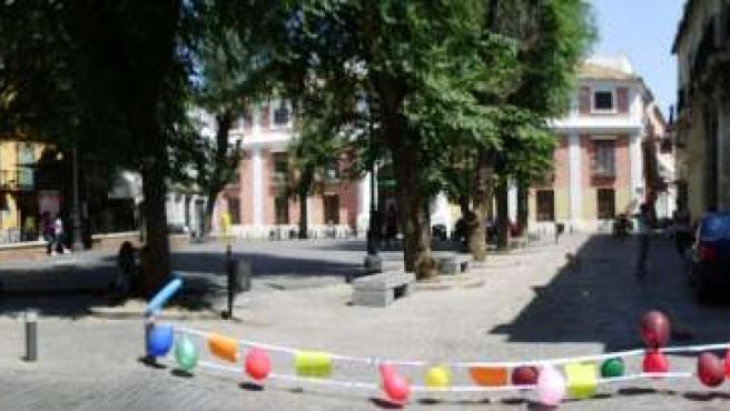 Globos de colores cerrando la entrada a la plaza del Pumarejo.