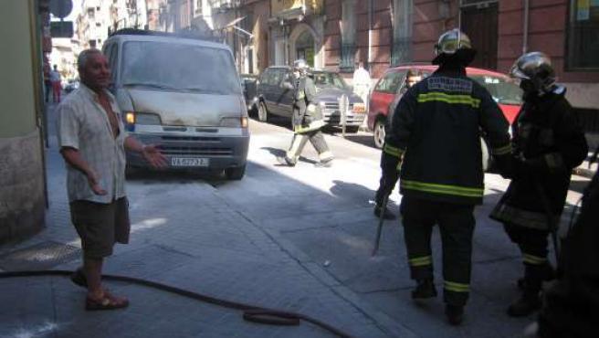 Los bomberos llegaron para terminar de extinguir las llamas.