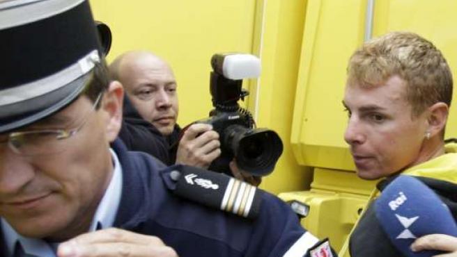 Riccardo Riccò, conducido por la policía francesa tras conocerse su positivo (AP).