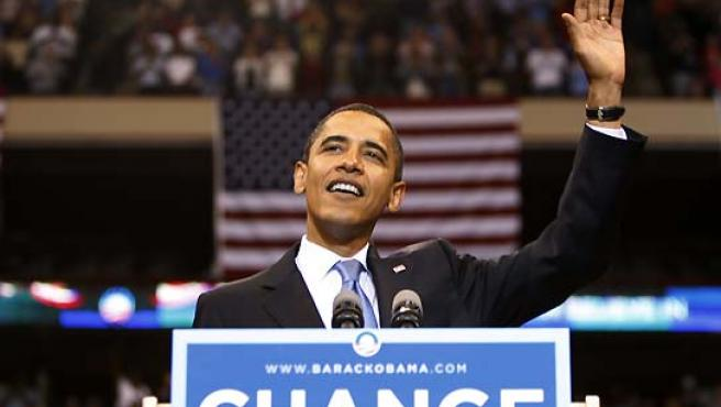 Barack Obama saluda a sus seguidores en una foto de archivo.