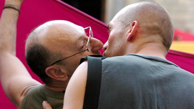 Una pareja de homosexuales, besándose