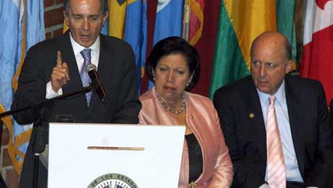 El presidente de Colombia, Álvaro Uribe; la embajadora de El Salvador ante la OEA, Abigaíl Castro; y el subsecretario de Estado de EE UU, John Negroponte. (EFE).