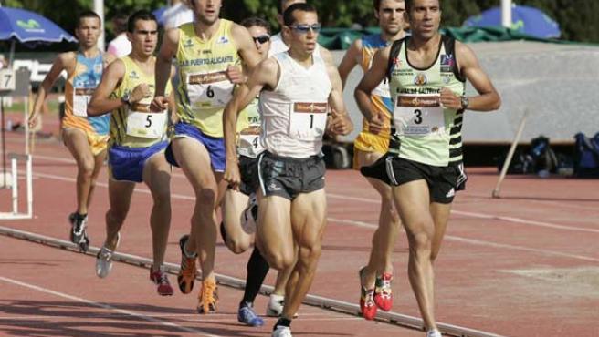 El atleta lepero, con el dorsal 1, durante una carrera de 800.