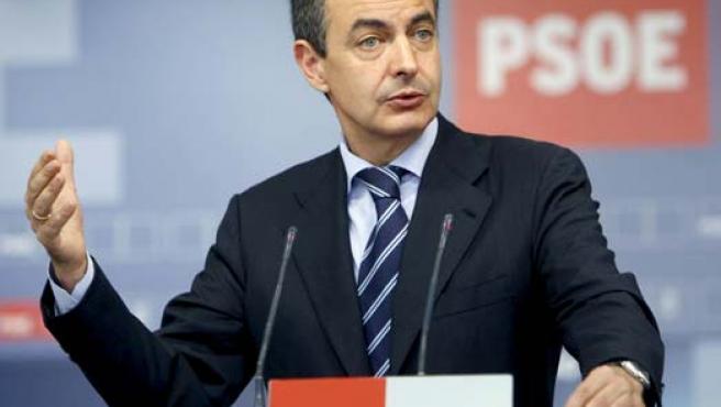 Zapatero durante la rueda de prensa que ofreció tras presidir la primera reunión de la nueva Comisión Ejecutiva Federal. (EFE)