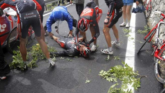 Óscar Pereiro es atendido tras su caída en la 15ª etapa del Tour de Francia. (AP Photo)